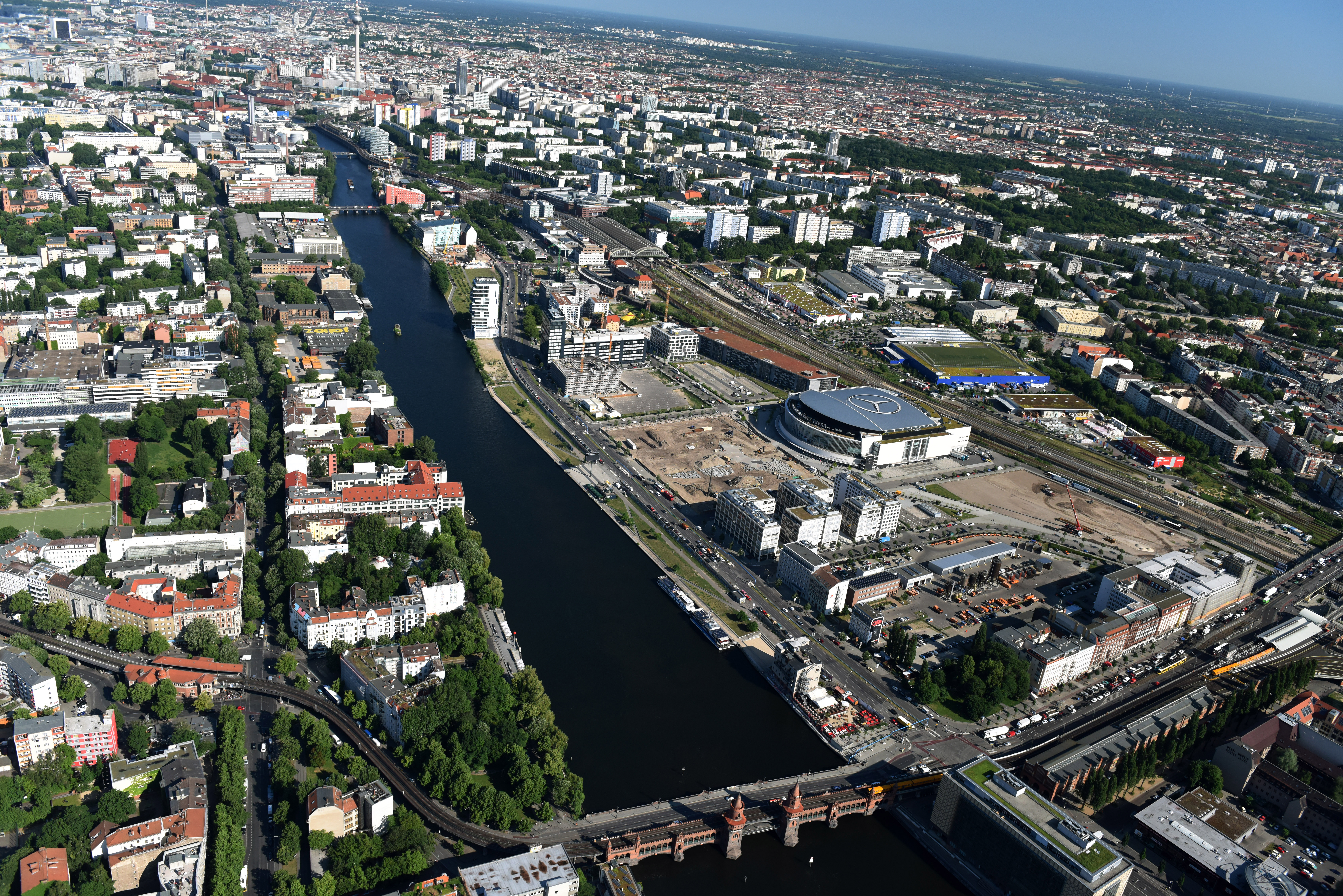 "BERLIN 06.06.2016 Mercedes-Benz-Arena am Ufer des Flusses Spree im Ortsteil Friedrichshain in Berlin. Die frühere o2 World Berlin und heutige Mercedes-Benz-Arena liegt im  Anschutz Areal, einem Büro- und Geschäftsgebiet am Spreeufer. // Mercedes-Benz-Arena on the Spree riverbank in the Friedrichshain part of Berlin. The former O2 World - now Mercedes-Benz-Arena - is located in the ""Anschutz Areal"", a business and office space on the riverbank. www.mercedes-benz-arena-berlin.de Foto: Robert Grahn"